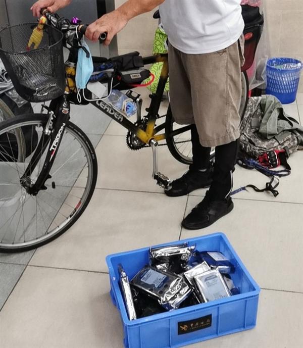 男子用自行车挂包携带33块硬盘入境:惨被海关查获