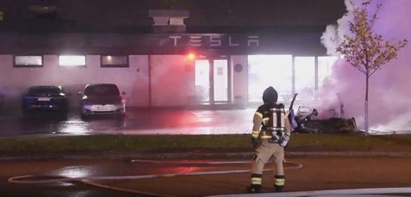 特斯拉门店疑似遭到人为纵火 7、8辆车被烧毁