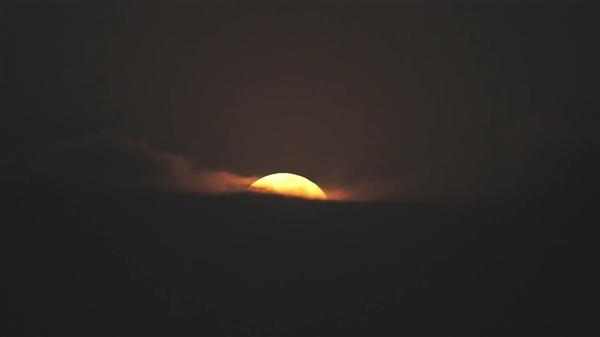 实拍超级月亮破云而出瞬间:两架飞机作陪-冯金伟博客