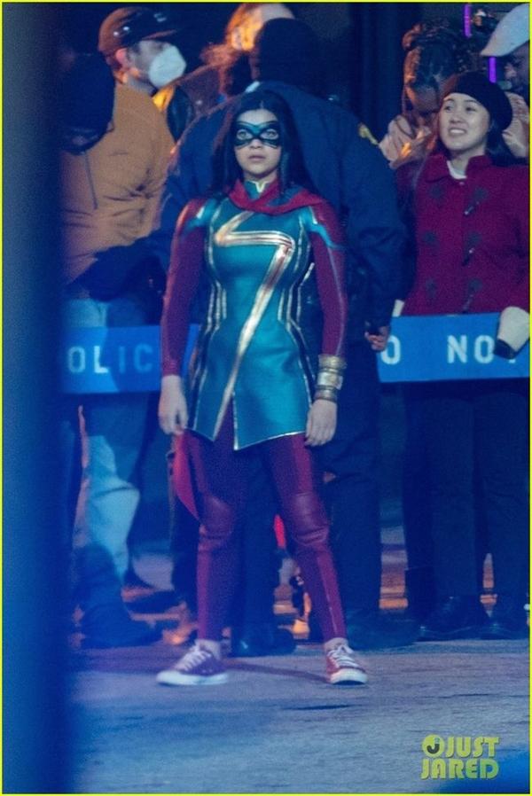 漫威《惊奇女士》片场照曝光:女主制服与漫画几乎一致