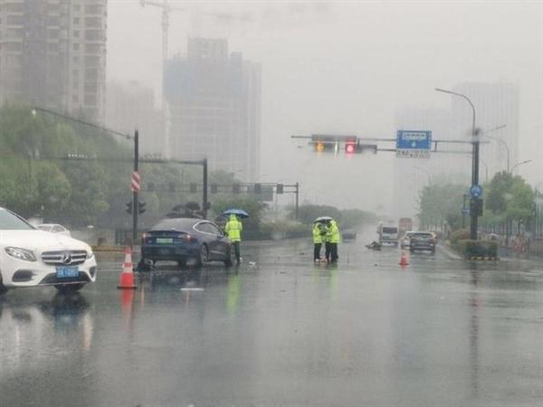 杭州一特斯拉Model 3发生车祸 外卖电动车撞飞20多米