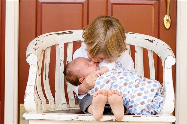 三孩开放的背后:中国人口出生数连续四年下降