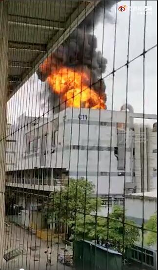深圳富士康起火:现场火光冲天