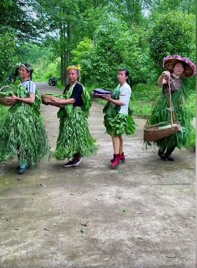 农村大妈抱自家蔬菜走秀视频火了:网友直呼走秀有趣很可爱