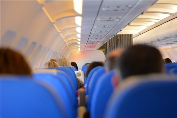粉丝硬闯飞机头等舱追星 民航局回应:部分人已被刑拘