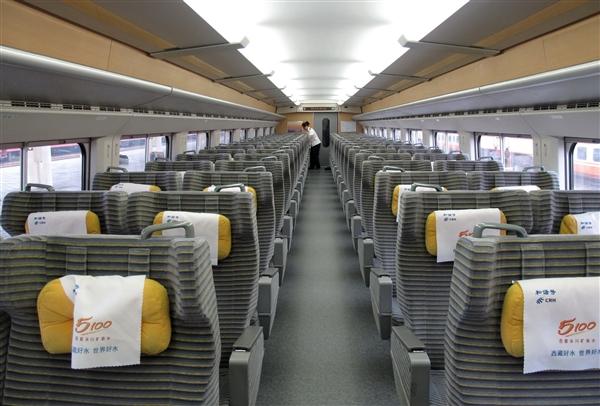 奇观:火车空调太足 乘客纷纷钻椅套取暖