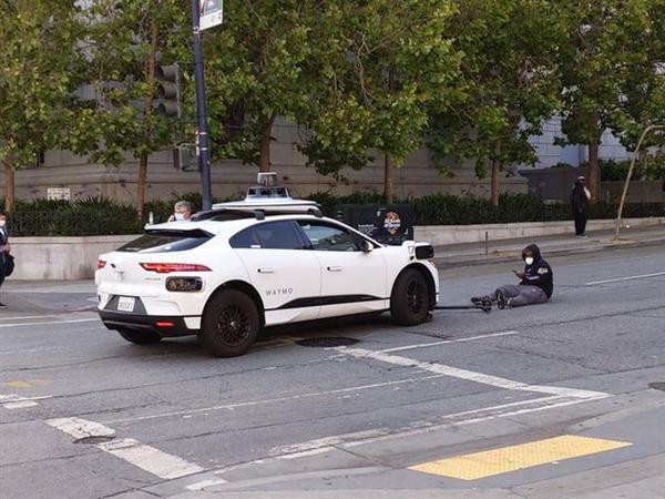 Waymo无人驾驶汽车撞上滑板骑手!原因竟是人为驾驶的