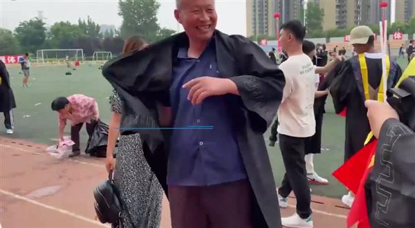 毕业典礼父母穿儿子学士服圆梦:父亲落泪称弥补儿时遗憾