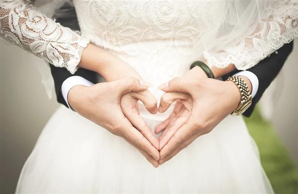女孩做迷你婚纱最小57厘米 网友:隔着屏幕都有被治愈的幸福感
