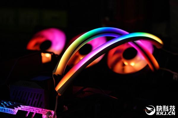 酷冷至尊水冷发光管上机图赏:五彩斑斓 支持灯光同步