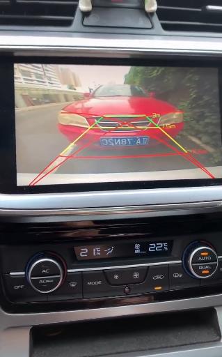 男子借助倒车影像倒车 下车一看无语了:这是个8倍镜?