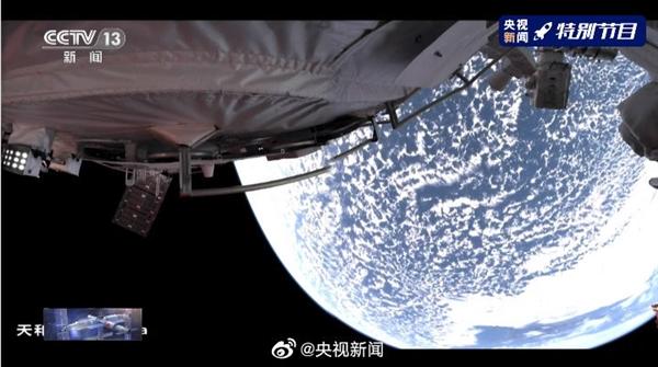 中国空间站航天员首次出舱:全景相机拍到地球绝美画面
