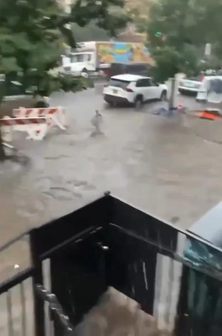 纽约暴雨 洪流猛灌地铁站:瞬间齐腰深