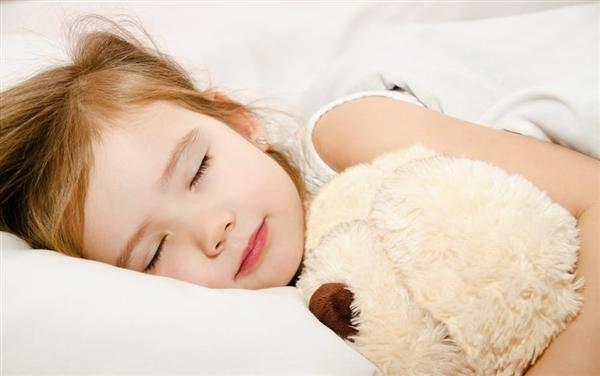 专家称小孩睡懒觉没坏处 8小时以上睡眠更利于大脑发育