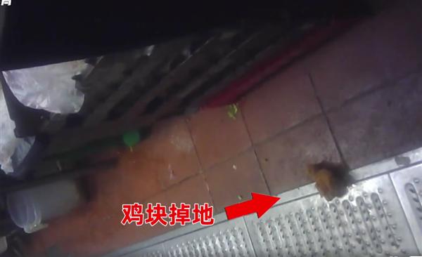 外卖平台销量第一的炸鸡店有多脏:鸡块掉地上继续用、苍蝇乱趴