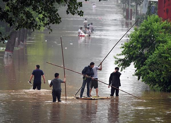 新乡暴雨已致128万余人受灾:大量房屋被淹几乎没顶、划船出门
