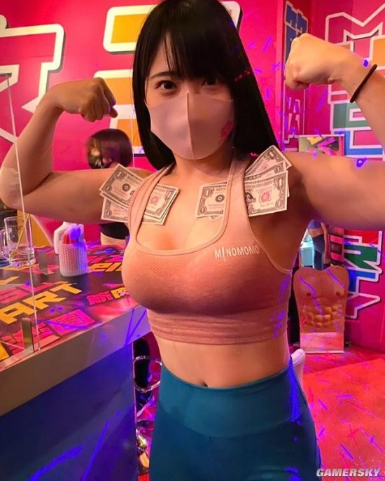 日本肌肉女孩酒吧走红 体验被女健身教练包围的感觉