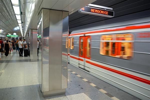 专家谈郑州地铁事故:列车无逃生门 2012年就有过争议