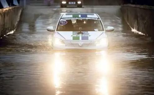 暴雨突袭多省市 新能源汽车被水淹咋办?中保研给出示范操作