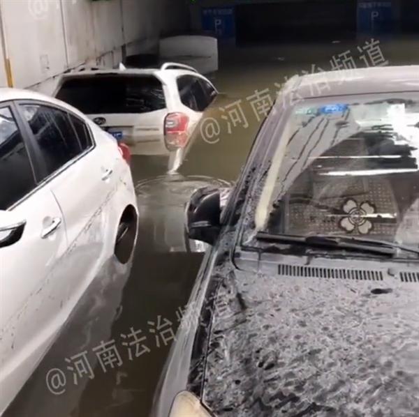 郑州又一Jeep车挡住车库出口 地库20多辆车全部遭殃
