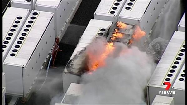13吨重的特斯拉锂电池在储能工厂爆燃:现场烟火弥漫