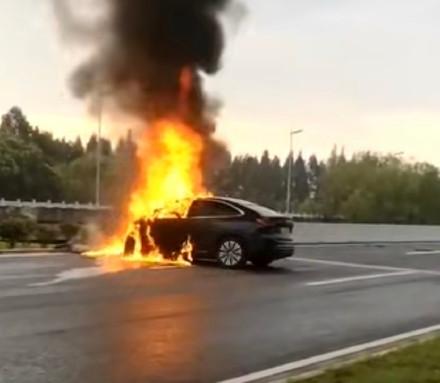 EC6碰撞起火致车主身亡!蔚来高管:电池包基本完好