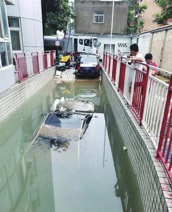 郑州奔驰车堵住全车库 称物业不让出:被工作人员否认
