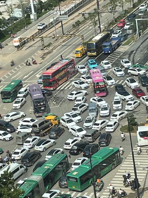 郑州地铁全线停运 下班晚高峰交通拥堵到惊人