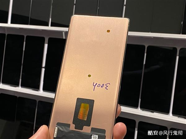 小米MIX4工厂面板谍照曝光:前摄像头隐藏在屏幕正中央