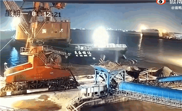亿点点损失!国内一巨轮靠岸 直接撞沉整个码头