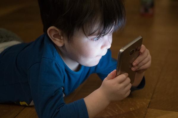 孩子放假一直玩手机!妈妈用眼线给娃画上黑眼圈:效果立竿见影