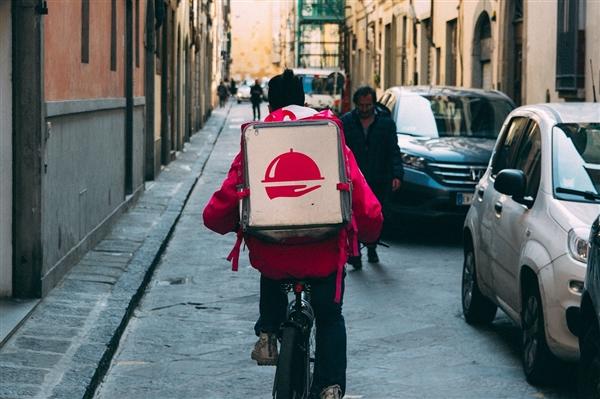 外卖员往用户外卖中吐口水 平台回应:开除骑 手永不录用