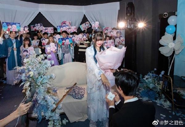凭一己之力加强水晶的男人求婚成功了 《王者荣耀》官方送上祝福