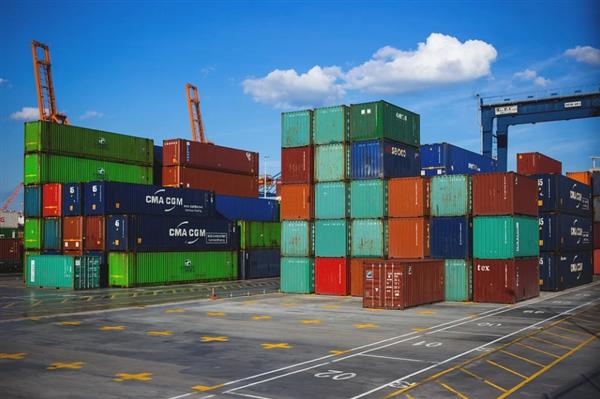全球港口面临65年来最大危机:350多艘货轮排队等卸货