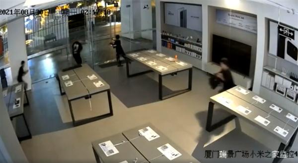 厦门小米之家被盗监控曝光:不到30秒 全店手机一扫而光