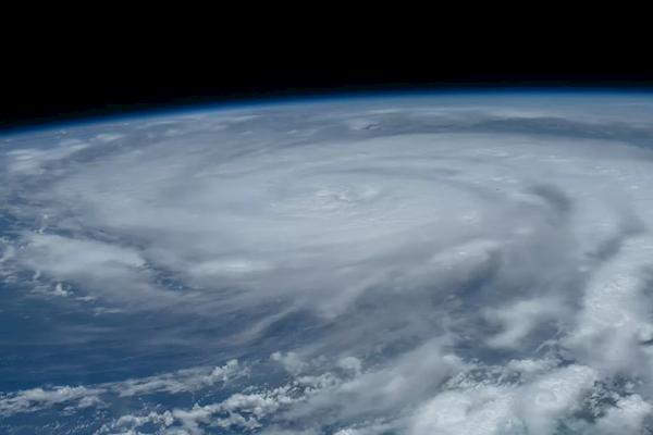 震撼实拍!美国一飞机进入4级飓风眼:剧烈颠簸