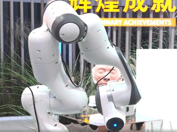 全球首台全自动鼻咽拭子采样机器人亮相服贸会:可节省医疗资源