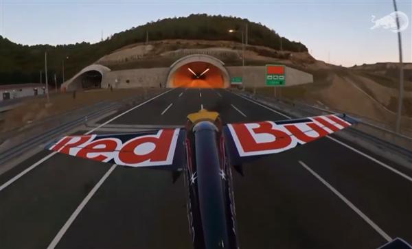"""红牛""""敢死队""""!飞机穿越高速公路隧道挑战成功"""