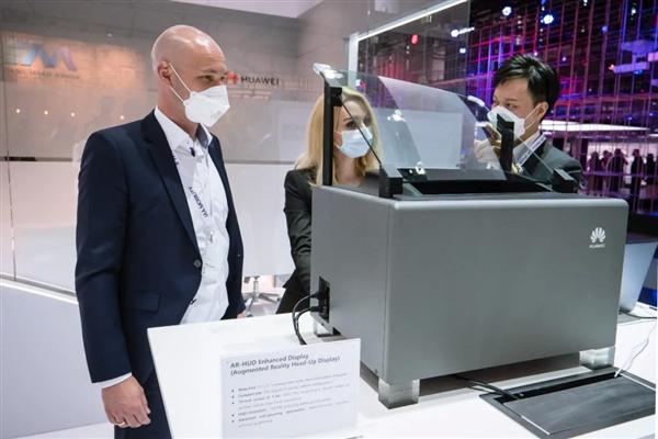 华为AR-HUD首次亮相:车前呈现70寸大画幅 未来支持裸眼3D