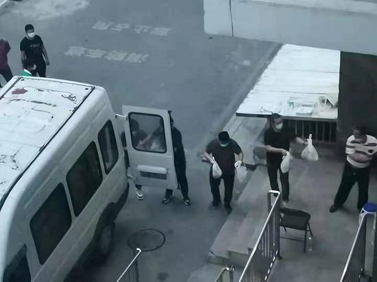 北京朝阳区一小区现疑似病例:又一栋楼被临时封闭、仍有4人未找到