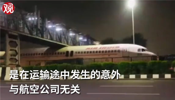 印度一飞机被卡天桥动弹不得 网友:插翅难逃